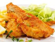 Пържено панирано мариновано филе от бяла риба хек в царевично брашно и яйце